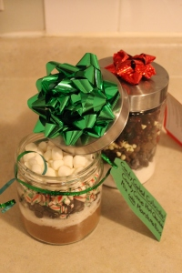 "DIY Candy Cane Hot Chocolate Mix with Marshmallows ""In a Jar"" - Candy Coated Culinista"
